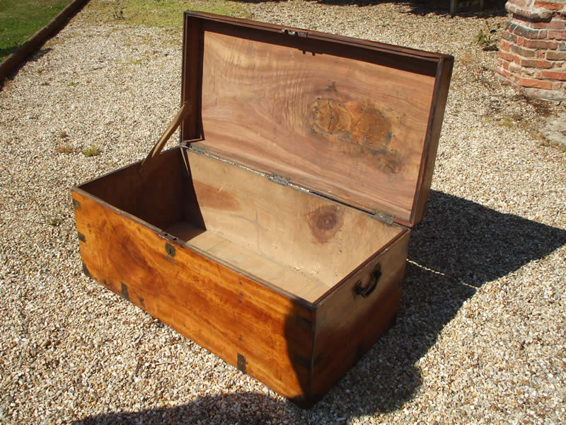 camphorwood-chest-inside